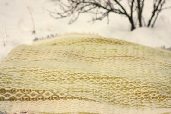 Ručně tkaný koberec z ručně předené příze valašky. Barveno přírodními barvivy.